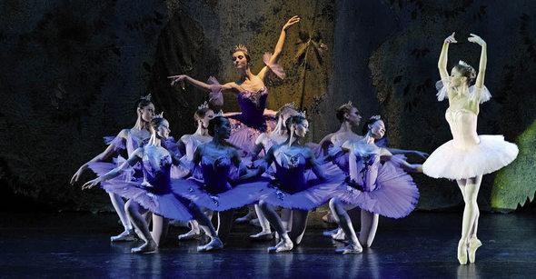 На сцене «Лебединое озеро» и «Спящая красавица»